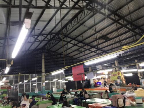 チェンマイ空港近くの市場フードスペース