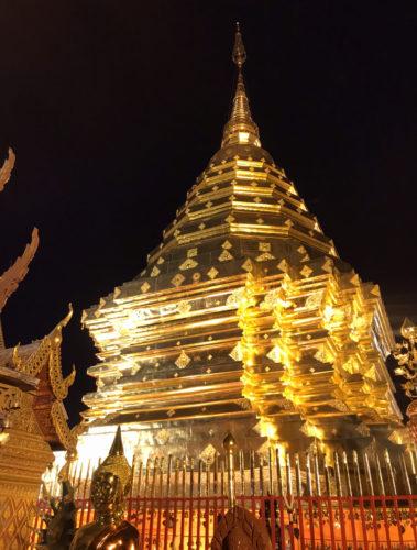ライトアップにより、きれいな寺院