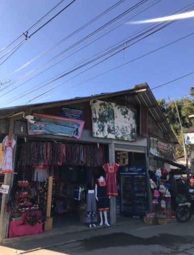 山岳地帯の少数民族が営む市場
